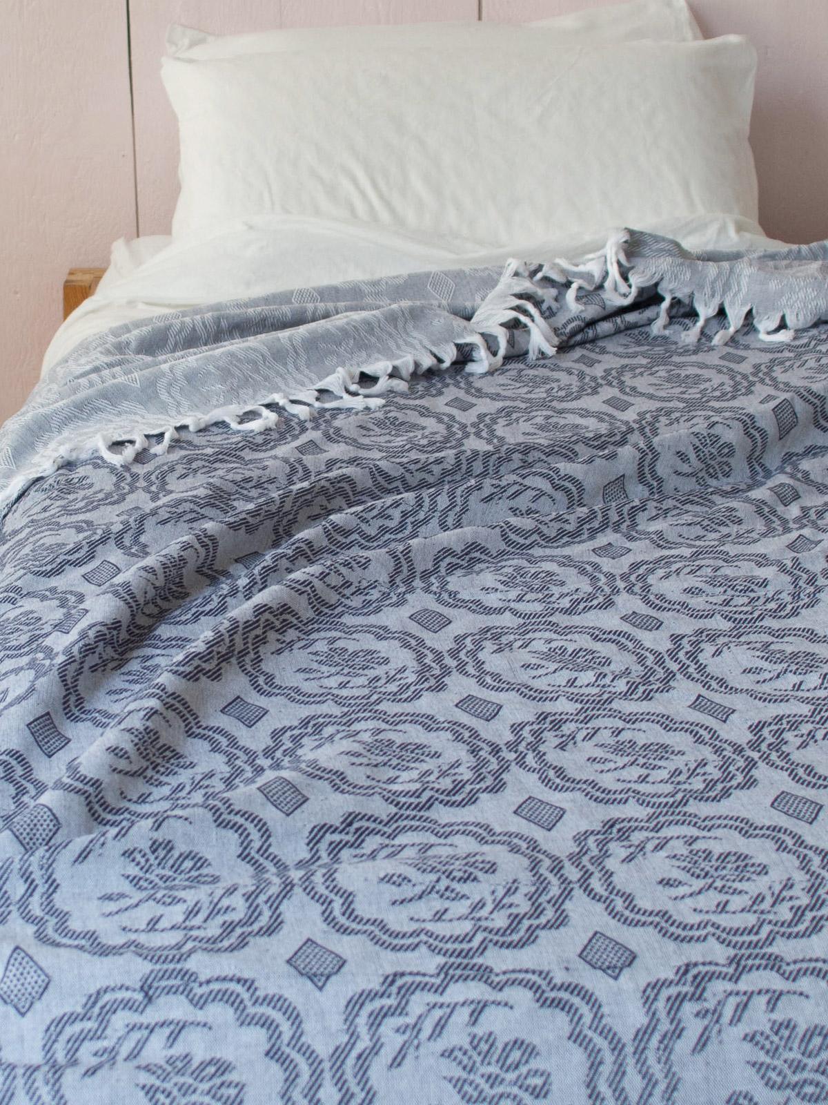 couvre lit d 39 t bleu nuit couvre lit avec frange fleur couvre lits coussins ottomania. Black Bedroom Furniture Sets. Home Design Ideas