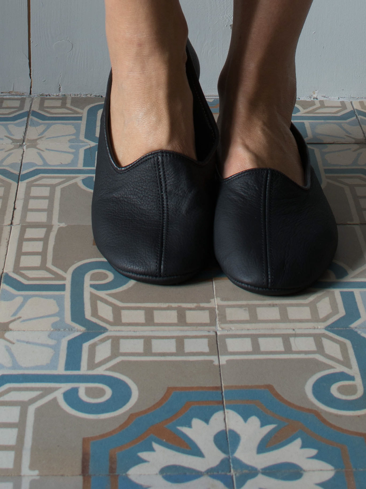 leather house slippers - black